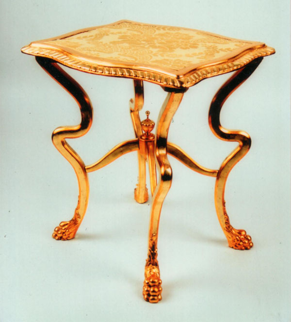 Oroszlánkörmös asztalka